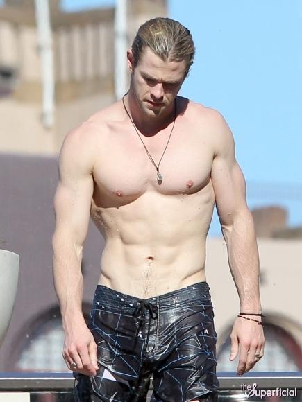 shirtless-chris-hemsworth-photos-sydney-26